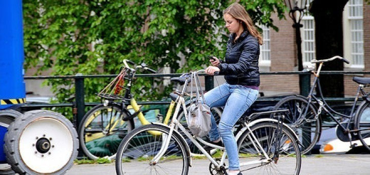 14814788436_c7eaea5feb_smartphone-fiets