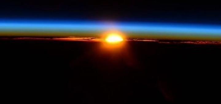 Satellieten zagen het op deze manier (via http://lentachpost2015.ru/megavzryv-v-donecke-snyal-iz-kosmosa-natovskij-sputnik/)