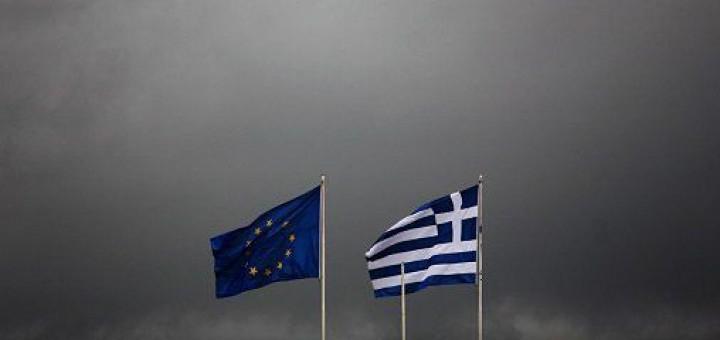2015-05-05-13-53-08.dreigende-lucht-vlaggen-eu-en-griekenland-01a