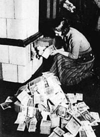 Vrouw verbrandt stapels waardeloos geworden bankbiljetten, Duitsland jaren 20