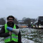 Klimaatspijbelmars: met walmende vervuilende dieselbussen achter de linkse leraar aan