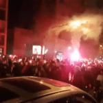 Vele tienduizenden betogers liepen mee in een fakkeltocht tegen president Macron