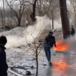 'Allah Akbar' strijdkreet schreeuwende migranten bestormen grens, net soldaten