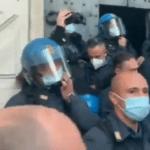 Italiaanse politieagenten zetten helm af 'uit solidariteit met betogers'