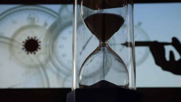 Hourglass Vaccine Coronavirus  - geralt / Pixabay
